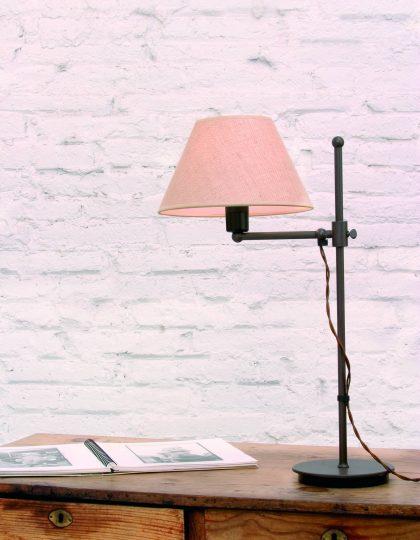 London Cross S, lámpara de sobremesa fabricada en oxido y con brazo, se desliza por la barra.La pantalla esta fabricada en arpillera. London Cross S, lámpara de sobremesa es una lámpara ideal para ese ambiente rustico o colonial, sus exquisitos acabados la hacen una pieza diferente , el cable de conexión es de color marrón y esta trenzado, dándole un toque original a la pieza. La altura del sobremesa es de 55 centímetros y la pantalla hace 25 x 16 x 12