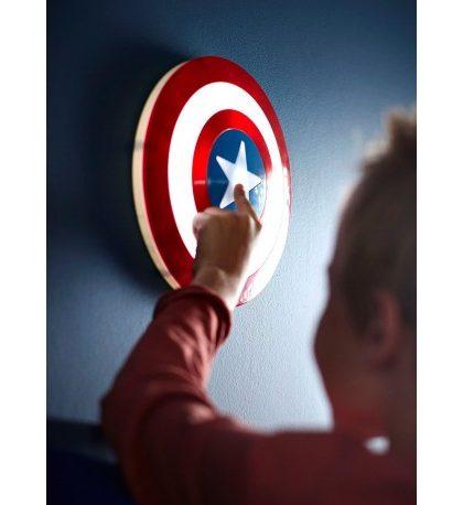 Escudo Capitán América , el escudo del héroe favorito de los niños!! Escudo Capitán América, no necesita instalación a corriente, ya que funciona con 3 pilas AA (incluidas en el producto) perfecta para niños, ya que esta fabricada con materiales aptos para ellos, ademas , su luz Led, no emite calor y ahorraras en pilas. Esta luz de noche ,se enciende y apaga apretando la estrella, durante 15 minutos permanece encendida y luego se apaga,es perfecta como luz de noche.