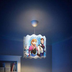 Colgante Frozen ,esta lámpara de Philips para el dormitorio de tus hijos crea un ambiente que hace que los niños se dejen llevar por aquello de lo que más disfrutan: ¡diversión y creatividad!. Un lugar en el que tu hijo puede estudiar, jugar y dormir acompañado de sus personajes favoritos de Frozen , con divertidos recortes para hacer de este lámpara, un colgante diferente y especial. El colgante Frozen se proporciona con cables largos que te ofrecen la máxima flexibilidad durante la instalación. Elige la altura perfecta según tus necesidades. Requiere montaje, se suministra con bombilla LED de 8 Watios, luz 3000K o 4000K , especificarlo al elegir el producto. Buscas el proyector Frozen? Clika aqui