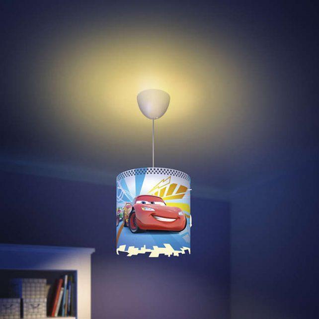 Colgante Cars ,esta lámpara de Philips para el dormitorio de tus hijos crea un un entorno que te anima a vivir aventuras épicas y memorables. Un lugar donde puedes estudiar, relajarte y dormir acompañado de tu personaje favorito de Star Wars. Esta lámpara se ha diseñado pensando en la seguridad, esta fabricada pensando en la seguridad. Colgante Cars se proporciona con cables largos que te ofrecen la máxima flexibilidad durante la instalación. Elige la altura perfecta según tus necesidades. Requiere montaje, se suministra con bombilla LED de 8 Watios, luz 3000K o 4000K , especificarlo al elegir el producto. Buscas el proyector Cars? Clika aqui