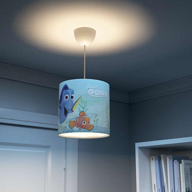 Colgante Dory ,esta lámpara de Philips para el dormitorio de tus hijos crea un un entorno que te anima a vivir aventuras épicas y memorables. Un lugar donde puedes estudiar, relajarte y dormir acompañado de tu personaje favorito de Star Wars. Esta lámpara se ha diseñado pensando en la seguridad, esta fabricada pensando en la seguridad. Colgante Dory se proporciona con cables largos que te ofrecen la máxima flexibilidad durante la instalación. Elige la altura perfecta según tus necesidades. Requiere montaje, se suministra con bombilla LED de 8 Watios, luz 3000K o 4000K , especificarlo al elegir el producto. Buscas el colgante Dory? Clika aqui