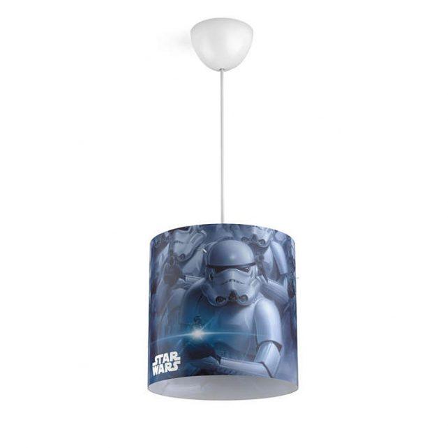 Colgante Star Wars ,esta lámpara de Philips para el dormitorio de tus hijos crea un un entorno que te anima a vivir aventuras épicas y memorables. Un lugar donde puedes estudiar, relajarte y dormir acompañado de tu personaje favorito de Star Wars. Esta lámpara se ha diseñado pensando en la seguridad, esta fabricada pensando en la seguridad. Colgante Star Wars se proporciona con cables largos que te ofrecen la máxima flexibilidad durante la instalación. Elige la altura perfecta según tus necesidades. Requiere montaje, se suministra con bombilla LED de 8 Watios, luz 3000K o 4000K , especificarlo al elegir el producto. Buscas el proyector Star Wars? Clika aqui