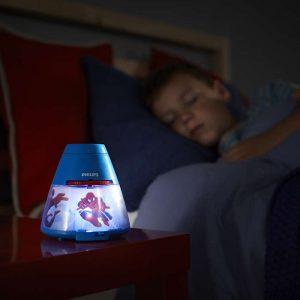 Proyector Spiderman ,esta lámpara de Philips para el dormitorio de tus hijos crea un ambiente que hace que los niños se dejen llevar por aquello de lo que más disfrutan: ¡diversión y creatividad!. Una lámpara de sobremesa fabricada con material sintético y que es,totalmente segura para los niños. Sirve como luz de noche y también proyecta diapositivas en el techo del superheore favorito de tus hijos, se proporcionan con el producto 3 discos con 8 diapositivas cada uno,incorpora un interruptor con las funciones : luz de noche / apagado/ proyector , para que puedas elegir fácilmente. La tecnología Led integrada en esta lámpara de iluminación, es una solución desarrollada en exclusiva por Philips. Permite disfrutar de un flujo luminoso óptimo y correcto, el consumo del led es de 0,3 watios Proyector Spiderman funciona con 3 pilas AA ( no van incluidas en el producto) lo cual lo hace perfectamente seguro para los niños, ya que no se conecta a la corriente. Sus medidas son , 11,5 centímetros de diámetro y 11,8 centímetros de alto Buscas el colgante Spiderman? Clika aqui Buscas la máscara de Spiderman? Clika aqui