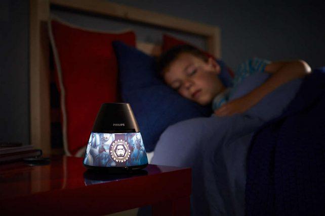 Proyector Star Wars ,esta lámpara de Philips para el dormitorio de tus hijos crea un ambiente que hace que los niños se dejen llevar por aquello de lo que más disfrutan: ¡diversión y creatividad!. Una lámpara de sobremesa fabricada con material sintético y que es,totalmente segura para los niños. Sirve como luz de noche y también proyecta diapositivas en el techo de los personajes de Star Wars favorito de tus hijos, se proporcionan con el producto 3 discos con 8 diapositivas cada uno,incorpora un interruptor con las funciones : luz de noche / apagado/ proyector , para que puedas elegir fácilmente. La tecnología Led integrada en esta lámpara de iluminación, es una solución desarrollada en exclusiva por Philips. Permite disfrutar de un flujo luminoso óptimo y correcto, el consumo del led es de 0,3 watios Proyector Star Wars funciona con 3 pilas AA ( no van incluidas en el producto) lo cual lo hace perfectamente seguro para los niños, ya que no se conecta a la corriente. Sus medidas son , 11,5 centímetros de diámetro y 11,8 centímetros de alto Buscas el colgante Star Wars? Clika aqui