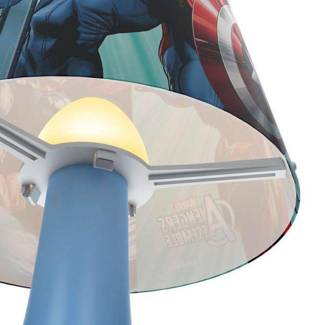Sobremesa Led Avengers ,esta lámpara de Philips y Disney para el dormitorio de tus hijos crea un ambiente que hace que los niños se dejen llevar por aquello de lo que más disfrutan: ¡diversión y creatividad! Un lugar en el que tu hijo puede estudiar, jugar y dormir acompañado de su personaje de Disney favorito. Esta lámpara es totalmente segura para su hijo. Sobremesa Led Avengers es ideal para la mesilla de noche o el escritorio. Proporciona una luz blanca, cálida y suave, perfecta para las rutinas antes de acostarse, como leer un libro o contar historias. Siempre a mano y fácil de encender, hace que tu hijo se sienta seguro y cómodo por la noche. Sus medidas son , 14 centímetros de diámetro y 24,4 de altura, lleva Led incorporado luz 3000K, se conecta a la corriente e incorpora un driver en el enchufe de fácil sustitución. Buscas el proyector Avengers Clika aqui Buscas el colgante Avengers Clicka aqui