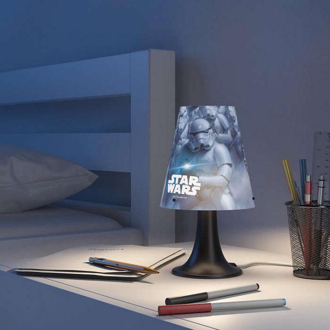 Sobremesa Led Star Wars ,esta lámpara de Philips y Disney para el dormitorio de tus hijos crea un ambiente que hace que los niños se dejen llevar por aquello de lo que más disfrutan: ¡diversión y creatividad! Un lugar en el que tu hijo puede estudiar, jugar y dormir acompañado de su personaje de Disney favorito. Esta lámpara es totalmente segura para su hijo. Sobremesa Led Star Wars es ideal para la mesilla de noche o el escritorio. Proporciona una luz blanca, cálida y suave, perfecta para las rutinas antes de acostarse, como leer un libro o contar historias. Siempre a mano y fácil de encender, hace que tu hijo se sienta seguro y cómodo por la noche. Sus medidas son , 14 centímetros de diámetro y 24,4 de altura, lleva Led incorporado luz 3000K, se conecta a la corriente e incorpora un driver en el enchufe de fácil sustitución. Buscas el proyector Star Wars? Clika aqui Buscas el colgante Star Wars? Clicka aqui