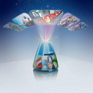 Proyector Avengers ,esta lámpara de Philips para el dormitorio de tus hijos crea un ambiente que hace que los niños se dejen llevar por aquello de lo que más disfrutan: ¡diversión y creatividad!. Una lámpara de sobremesa fabricada con material sintético y que es,totalmente segura para los niños. Sirve como luz de noche y también proyecta diapositivas en el techo de los personajes de los superheores favoritos de tus hijos, se proporcionan con el producto 3 discos con 8 diapositivas cada uno,incorpora un interruptor con las funciones : luz de noche / apagado/ proyector , para que puedas elegir fácilmente. La tecnología Led integrada en esta lámpara de iluminación, es una solución desarrollada en exclusiva por Philips. Permite disfrutar de un flujo luminoso óptimo y correcto, el consumo del led es de 0,3 watios Proyector Avengers funciona con 3 pilas AA ( no van incluidas en el producto) lo cual lo hace perfectamente seguro para los niños, ya que no se conecta a la corriente. Sus medidas son , 11,5 centímetros de diámetro y 11,8 centímetros de alto Buscas el colgante Avengers? Clika aqui