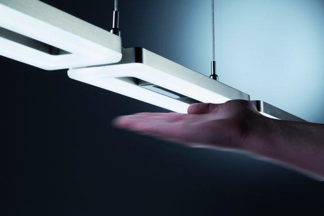 Lámpara colgante Gestic , con 3 luces led smd de 12 watios cada una y 1050 aqui que multiplicado por 3 son 3150 lumens, una muy buena iluminación para nuestra mesa del comedor o para iluminar cualquier habitación , ya que sus tensores nos permite regular la lámpara Gestic a la altura de nuestras necesidades. Lámpara colgante Gestic, tiene un diseño muy atractivo y actual, se suministra en acabado nickel mate, y en luz 3000K ,proporcionando a la estancia una agradable calidez, cuenta con regulador de intensidad incorporado que se hace funcionar con la mano, en el vídeo se puede observa su función , aún así, el encendido de la lámpara se puede hacer desde nuestro interruptor de pared, una lámpara muy practica y funcional.